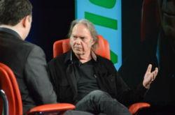 """Piratkopiering er den nye radio"" siger Neil Young"
